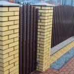 забор из евроштакетника с калиткой