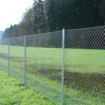 забор из сетки рабицы красивый